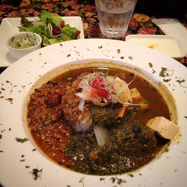 【旧ヤム邸 中之島洋館】和風鶏キーマとほうれん草、ヤムカレーのあいがけ。