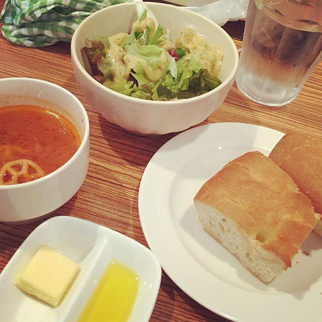 Bセットのサラダとフォカッチャ。スープはドリンクとどちらかを選べる。